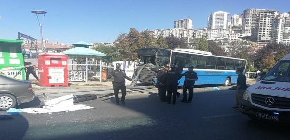 Linienbus rast in Haltestelle