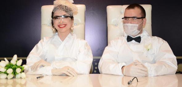 Türkisches Brautpaar im Corona-Schutzanzug